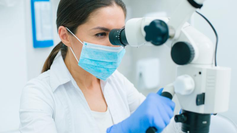 Wurzelkanalbehandlung mit Mikroskop Meerbusch